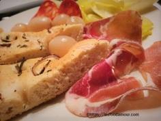 Assiette de focaccia avec charcuterie Italienne