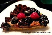 Duo de chocolats et ses fruits rouges sur biscuit à la cuiller part
