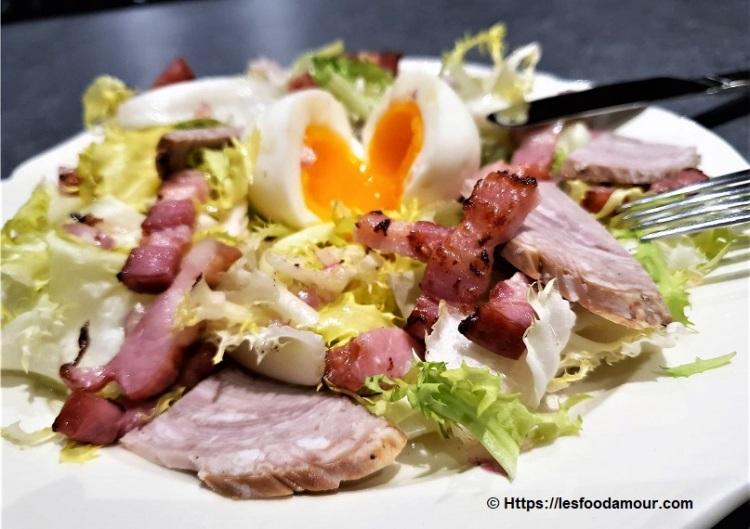 Salade frisée aux lardons andouille de Guéméné et son œuf mollet